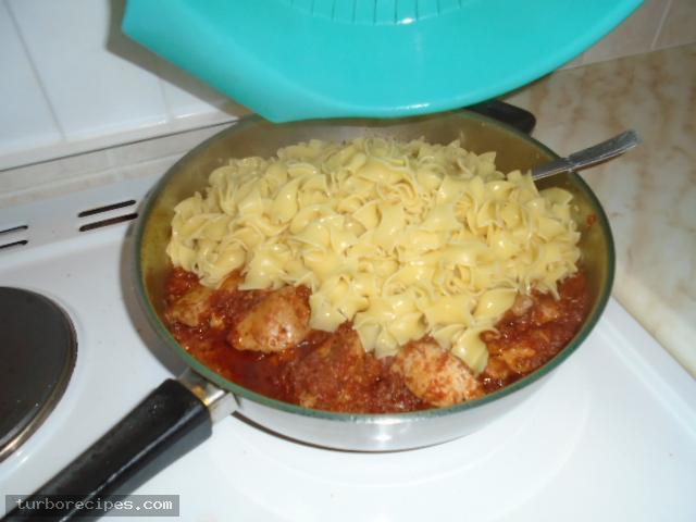 Κοκκινιστό στήθος κοτόπουλου με ταλιατέλες - Βήμα 25