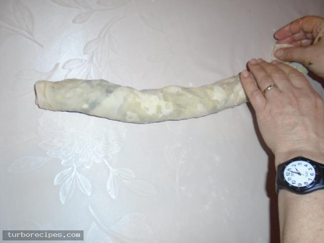 Στριφτή χορτόπιτα με χειροποίητο φύλλο - Βήμα 16