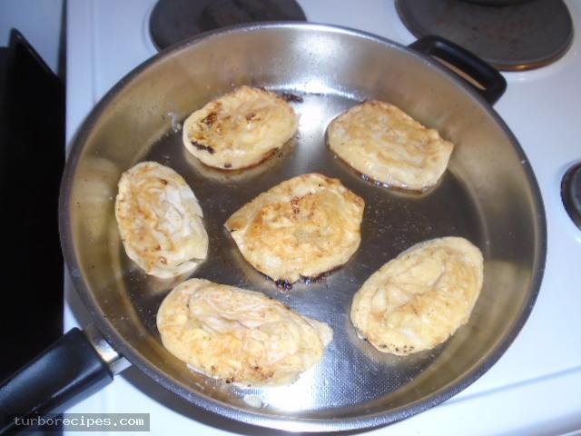 Τηγανιτές δίπλες με τυρί και αυγό - Βήμα 13