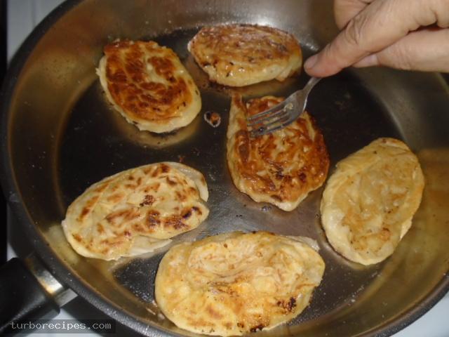 Τηγανιτές δίπλες με τυρί και αυγό - Βήμα 14