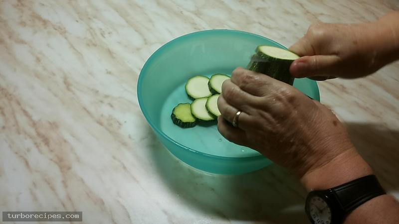 Κολοκυθάκια τηγανιτά - Βήμα 1